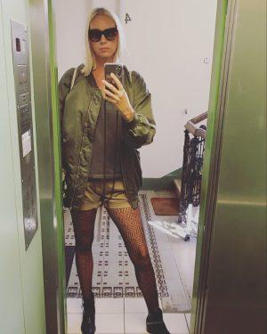 GUMO ⬇️ LIFT ME UP BUTTERCUP ⬆️ #womenofvienna #elevatorselfie #parterre #igersvienna #wienblog #wienstagram #palmers #fishnets #girlsofvienna #viennanow