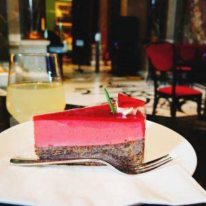 世界一美しい#カフェ の一つ、#美術史美術館 より写真をお届けします😄📷 赤と黒の層が美しいこちらのケーキは、#ラズベリー と#ポピーシード の#ケーキ です🤤❤️ ポピーシードは、アンパンの真ん中の飾りとしておなじみの#ケシの実 です🌿 こちらではよく甘く味付けされ#デザート に使われることが多く、プチプチとした食感が楽しいですよ🥰🥰🥰 美術館で知識欲を満たしたあとは、美味しいスイーツとカフェでリフレッシュしてくださいね😊🎶 #オーストリア #オーストリア旅行 #ウィーン #ウィーン旅行 #ヨーロッパ...