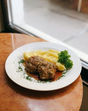 #schnitzel mal anders ♥️ ... und zwar #kalbsbutterschnitzerl (eine Art faschiertes Laibchen) serviert mit #kartoffelpüree und Saftl...