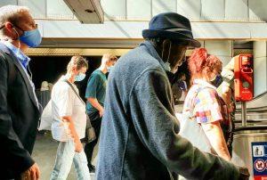 Wegzeit . . #streetphotography #passingby #wieneröffis #opentransportation #metrostation #colourfulday #streetleaks #mindthelittlethings #latergram Floridsdorf