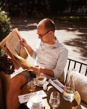 Jeho ranná idylka 🤍 káva a @nytimes ✨ The Guesthouse Vienna