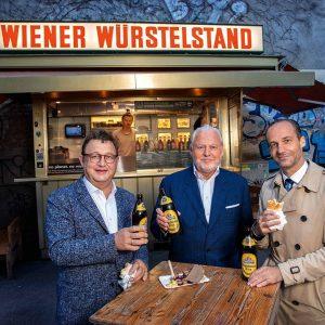 Polit-Berater Josef Kalina, Falstaff-Herausgeber Wolfgang Rosam und Gastronom Stefan Sengl beim »Geschäftsessen« am Wiener Würstelstand 😋 ...