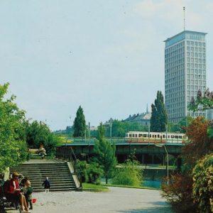 Der Ringturm - hier auf einer Postkarte aus dem Jahr 1967 - ist das sichtbarste architektonische Zeichen...