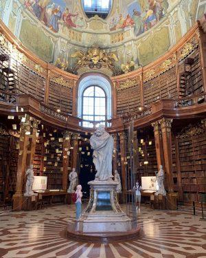 Altı ayda bir müzenin içindeki sergi yenileniyormuş, bize de Beethoven denk geldi. • • #nationallibrary #bibliothek #austria🇦🇹...
