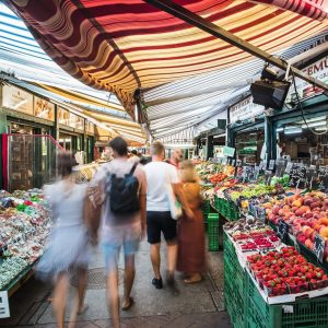 Laut, bunt und exotisch 👉 Am Naschmarkt werden alle Vorstellungen, wie ein Markt ...