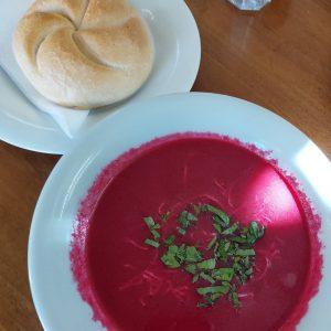 Mit dem Herbst ist auch unsere Tagessuppe wieder zurück 🙌🍵💜 Heute: Rote-Rüben-Suppe mit frischem Kren #dschungel_cafe_wien #mqwien...