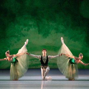 EMERALDS from George Balanchine's JEWELS © The George Balanchine Trust 📸 @_ashley.taylor_ #wienerstaatsballett #viennastateballet #ballet #dance #vienna...