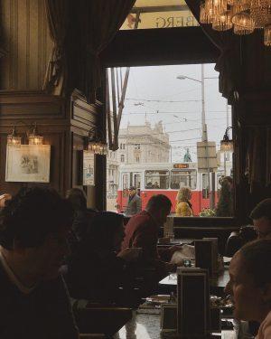: 是維也納還是香港? 落地隔日早上冒出這個想法 是復古帶華麗樣貌的在地咖啡,門口直接寫著自己找位,有預約牌子的桌不能坐。 閱畢、掛妥大衣、入坐 一個黑西裝叔叔哼著歌四處穿梭,給菜單、點餐、送餐、結帳到收桌都在唱歌和哼一些開心的曲調。 「他應該是真的很開心吧?」我問 「他這樣我也覺得心情很好~」離開時他邊唱歌邊祝福我們美好的一天。 另一阿北顯得嚴肅了些,莫約150公分左右,極小,頭殼上有一個圓形的疤痕,大概玻璃酒瓶那種;猜想是外表冷酷但好人的阿北,也一樣忙鑽來鑽去的。這裡的位置安排像香港茶餐廳那樣,但不併桌。 某一個瞬間他從廚房出來,下巴位子黏著一粒大大胖胖的米。沒有錯他一定在裡面吃東西了,和我妹目睹他酷酷的小隻走路有風但臉上黏了食物。 以前在餐廳打工肚子餓也會偷偷吃東西啊,我懂。 早餐到正餐的樣貌這裡都有 培根蛋、熱狗蛋、火腿蛋、熱湯、主食 說真的,這裡早餐真不錯,還可以任選自家製麵包! 讀報的讀報、聚會的邊吃邊聊、來約會的或像我們來觀光早上來果腹的。 一個轉頭經典紅色電車路過,有點浪漫。換成叮叮車或雙層巴士,有點香港既視感~ 早起第一站總是地方最有生活味的所在,好吃好玩的不會少,他們各自有自己特色可又相似。所以這天下午茶就去吃蝦餃了,滿足。...