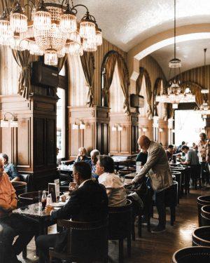 Сейчас бы в Вене есть свой самый вкусный штрудель.🤪 Угадаете, как сделан 5 кадр? Cafe Schwarzenberg