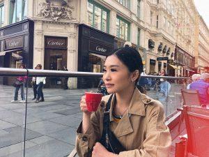 Присесть на пол часика в центре Вены, поглядеть на шопоголиков выходящих с брендовых магазинов и выпить чашечку...