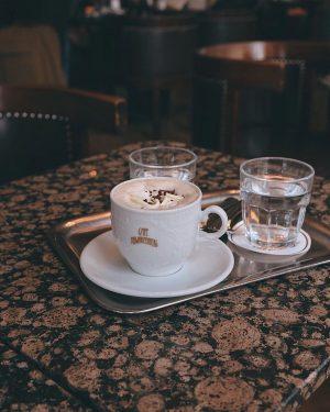 ☕️ 一杯熱可可旁邊附一杯水,與鐵盤一同奉上是維也納咖啡廳最常見方式。 黑山咖啡館是我們在維也納的早餐之二 撇除華麗又有名氣的中央咖啡館、朝聖Sacher-Torte的沙河咖啡館,這裡在我心中是前幾名。 少了慕名而來的人們,能更悠閒地觀察當地人優雅喝著咖啡的樣貌。然後早餐很好吃,我一樣帶著龜甲萬醬油在歐洲到處去,台灣魂不滅! 好喜歡它的咖啡杯,離開才知道原來加一點錢就能把喝完的咖啡杯帶走當作紀念。 - #cafeschwarzenberg #wien #vienna #viennaaustria Cafe Schwarzenberg