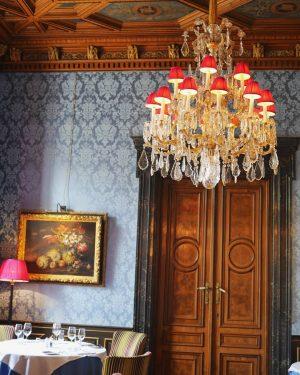 ・ #おうち時間 ・ 写真整理で旅行気分パート5♪ ・ 昨年訪れたウィーン旅 日記・ こちらはcafe 《Gerstner》の ブルーの#tearoom ・ ブルーの壁紙に redのシャンデリア 3つのtearoomの中でも ひときわ個性的で オシャレさんなお部屋でした ・...