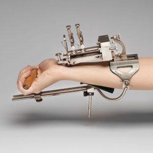 """Ein Sphygmograph ist ein Blutdruckmesser, der mit einem sensiblen """"Fühler"""", der auf die Hauptschlagader gelegt wird, über..."""