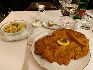 Geburtstagsessen😍 #schnitzel #schnitzellove #erdäpfelsalat #erdäpfel #meisslundschadn #wien #vienna #vienna_city #wien_love #wienerschnitzel #vacation #birthday #birtdaygirl #happy #happyfamily #1970s...