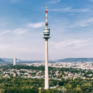 Der @donauturm gehört mit bis zu 420.000 BesucherInnen pro Jahr zu den beliebtesten Sehenswürdigkeiten Wiens. Um die...