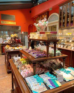 The new shop in @demel_wien 😋 #wien #vienna #維也納 #demel #sweets #pastry #cakes #pralines #viennalove #viennalife #viennaaustria...