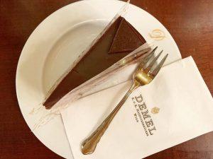 #Demel の #ザッハトルテ 美味しいというかもうなんか幸せの塊。 . . . ホテルザッハーのも食べたかったな。 とりあえず店内かわいすぎた。 . 生クリームは別料金なのでそこ注意。 . . . #ザッハトルテ #デメル #wien...