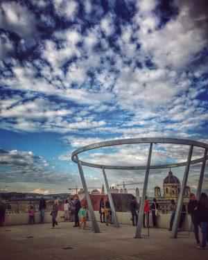Der Himmel vor dem Wettersturz... #libelle #libelleimmq #dachterrasse #mq #museumsquartierwien #museumsquartier #1070wien #wien ...