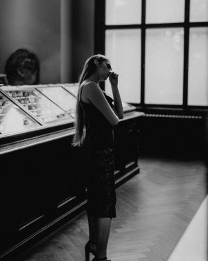 Night at the Museum 🤫 . . . Photo: @rebeccas.stories // @makeup_byclaudiad . ...