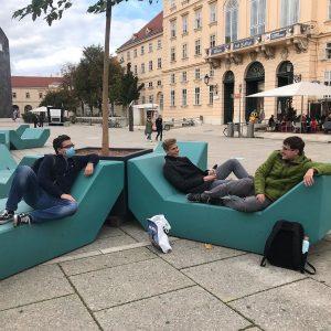 Nach dem Museum geh nicht herum und komm zu den Enzis auf nen Sprung! Sitzen, relaxen und...
