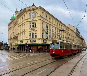 🍟🍔🍩☕️ #🇦🇹 #tram #strassenbahn #tranvía #wienerlinien #taborstrasse #leopoldstadt #mcdonalds #mccafé