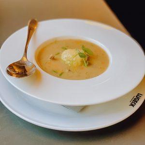Natürlich darf zur Ganslzeit auch die Gansleinmachsuppe mit Bröselknödel nicht fehlen. #gansleinmachsuppe #suppe #ganslzeit #bröselknödel #martinigansl #martiniganslzeit...