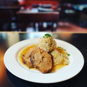 Montag 19.10.2020 ♥️ Mittagsteller Schweinsbraten mit Sauerkraut und Knödl, mit grüner Pfeffer-Paprikasuppe oder Salat💫👍 #mittagsteller #freihausviertel #naschmarkt...