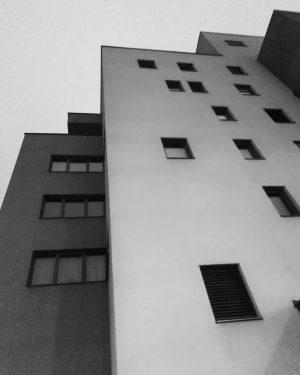 #vienna #wien #durchWienspaziert #blackwhite #blackwhitephoto #photographie #black #white #photographie#photo #blackwhitephoto #gebäude #wohnhausanlage #raxstraße