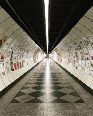 Wir wünschen euch einen entspannten Feierabend! Die langen Gänge in den U-Bahn-Stationen haben fast schon eine hypnotisierende...