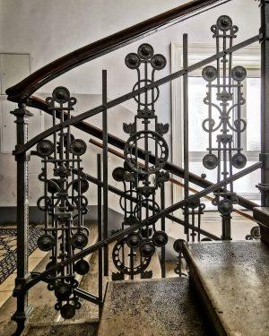 Art niveau #wien#vienna#mariahilf #igersvienna#igersaustria #treppenhausfreitag #staircasefriday#stiege #stiegengeländer#meinwien #artnouveau#jugendstil #jugendstilliebe#archilovers #architektur#handwerkskunst #craftmanship#schöneswien #wieneralltag#stadtwien #wiendubistsoschön #visitvienna#europe_vacations #igersviennaclassics #wiennurduallein