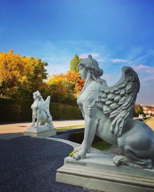 😍#autumngirls 🍁🌿🍂 #strollingaround #belvederegardens #sphinx #belvederemuseum #herbstinwien #october2020 #autumninvienna #10000schritte #keepyourdistance #staysafe #herbstfarben ...