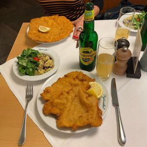 A proper Austrian lunch #wienerschnitzel #figlmüller #vienna #austria Figlmüller (official)