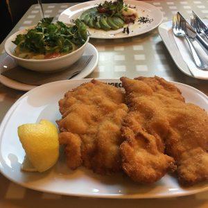 友人とディナーへ。 お皿からはみ出すシュニッツェルで有名なフィグルミュラーのお城版🏰のお店へ。 パーソナルディスタンスがしっかりとられていて、 清潔でゆったりとご飯を楽しむことが出来ました🍽🍾🥂 #デザート は#カイザーシュマーレン ❤️ (オーストリア風、#パンケーキ🥞 ) #vienna #wien #ウィーン #シュニッツェル #schnitzel #オーストリア料理 #kaiserschmarren #pancakes...