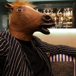 Kommt ein Pferd in die Bar. Diesmal Hansen Kempinski. #kommteinpferdindiebarsagtderbarkeeperwasmachstdufüreinlangesgesicht #kempinskihotel #cocktailtime #leicaphotography ...
