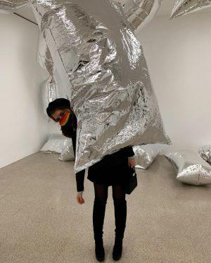 'a glittering alternative' by Andy Warhol 📸 @alinita__ #museum #wien #vienna #andywarhol #glitter #baloons #girl #fashion mumok...