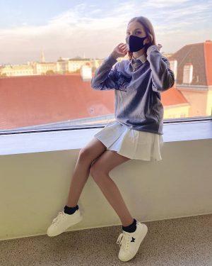 girl on windowsill pic . #fashion #photography #girl #model #modeling #photoshoot #viennagirl #vienna #modelfotografie #cowboybebop #spikespiegel mumok...