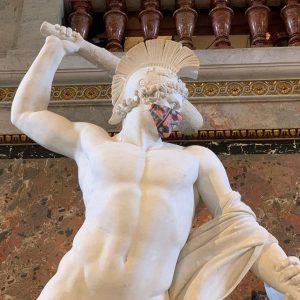 美術史美術館。いつも出迎えてくれる彫刻も今日はマスクしてた❣️ 今は人も少ないです。 Kunsthistorisches Museum Vienna