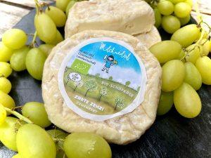 Dieser zarte Camembert von Milchmäderl zeichnet sich durch sein cremiges Inneres aus, umhüllt von einer zwei Wochen...