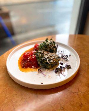 Mittagsmenü 30.10.2020 heute haben wir Spinat-Schafskäse-Laibchen als #tagesteller ✨ dazu servieren wir eingelegte Kirschparadeiser 🍅- Lust auf...