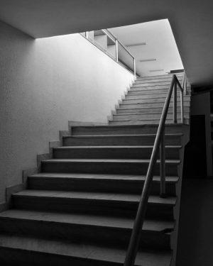 Die Treppe (man kann sich kaum vorstellen, was oben ist) #bnw #architecture