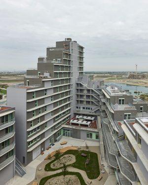📍Aspern J4, Wien . Das multifunktionale Gebäude umfasst 112 Eigentumswohnungen, 140 Serviced Apartments, Büros, eine Volkshochschule und...