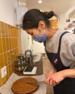 ❤️Mayumi preparing the pastry ❤️ @o.m.k_vienna #mochitogo #takeout #ilovemochi O.M.K DELI
