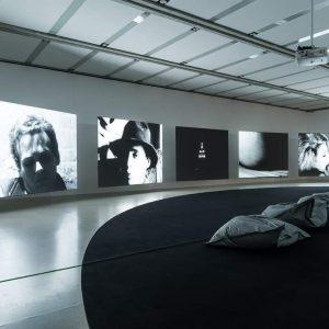 """👏Die spannende Wechselbeziehung von Produktion und Präsentation Die Ausstellung """"ANDY WARHOL EXHIBITS a glittering alternative"""" im @mumok_vienna..."""