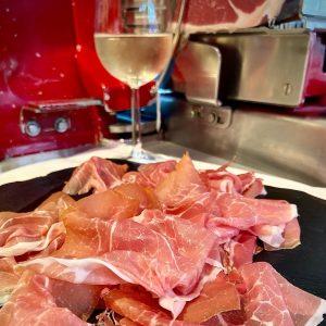 Bei Prolongo kommt Qualität vor Quantität. Der San Daniele Rohschinken ist ein wahres Gourmetprodukt für Genussmomente, aus...