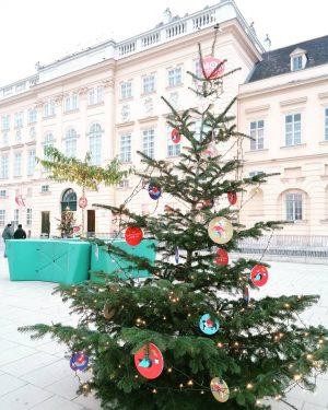 Christmas is coming to town...🎄🦌⛄❄️🎄 #mq #weihnachtsbaum #lichterkette #winteriscoming #vorweihnachtsfreude #glücklichesweibchen #glücklichergerhard #fantastisch MQ – MuseumsQuartier Wien