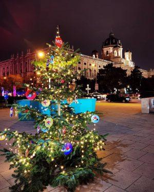 Vor dem Museumsquartier steht schon der Weihnachtsbaum #vienna #viennanow #viennablogger #viennaaustria #vienna_austria #viennagram #viennacity #viennalove #viennaonly #viennagoforit...