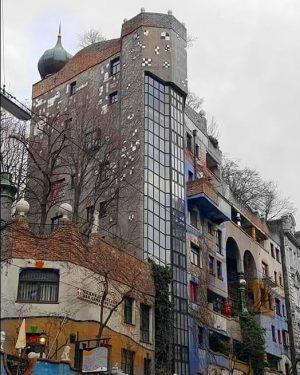 Hundertwasserhaus Wien Friedenreich Hundertwasser Regentag Dunkelbunt war ein östereichischer Künstler,der vorrangig als Maler aber auch in Bereich...