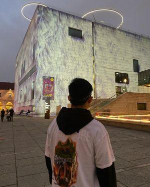 feeling like an alien 👽 📸: @mwav3l MQ – MuseumsQuartier Wien