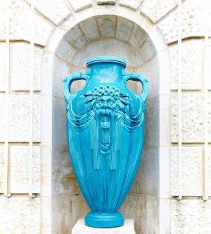 Die Vase im Stadtpark- oder das Artissimi-Maskotchen 💙⠀ Wissen Sie, wie viele dieser ...