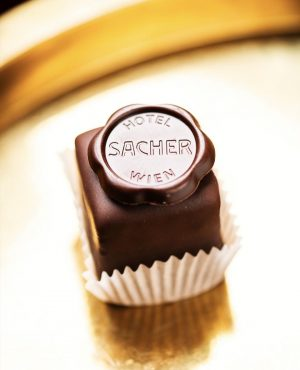 Our daily portion of happiness 🌟⁣ 📸 by @jakob_gsoellpointner⁣ .⁣ .⁣ .⁣ #happysundayeveryone #sacherlove #originalsacher #sacherwürfel #originalsacherwürfel...